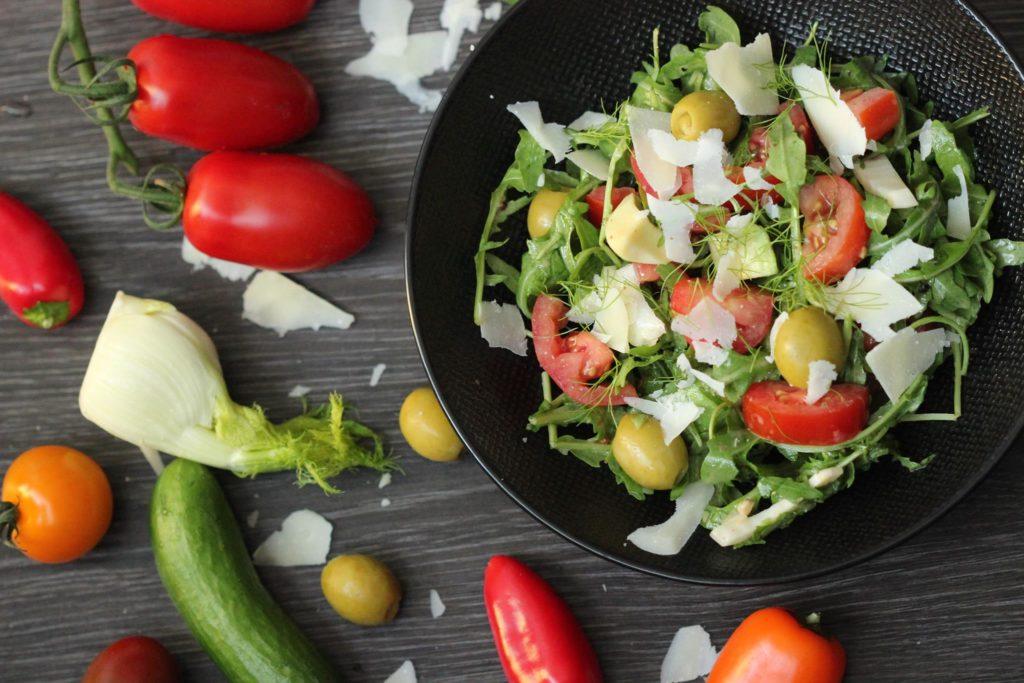 Salát z rukoly, rajčat a fenyklu
