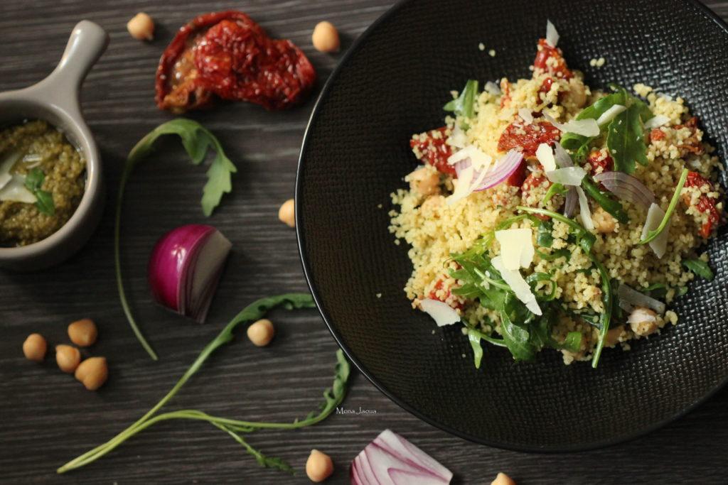 Kuskusový salát s cizrnou a bazalkovým pestem